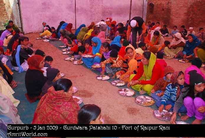 Devotees tasting Guru Ka Langar in Gurdwara Patshahi 10, Raipur Rani